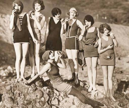 photo-mack-sennett-comedies-7-women-in-swimsuits-eating-apples