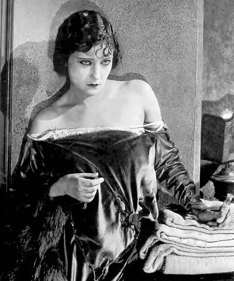 photo-movie-still-gloria-swanson-dishevelled-in-velvet-dress-1920s