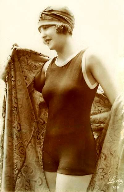 photo-woman-in-bathing-suit-and-hat-holding-robe