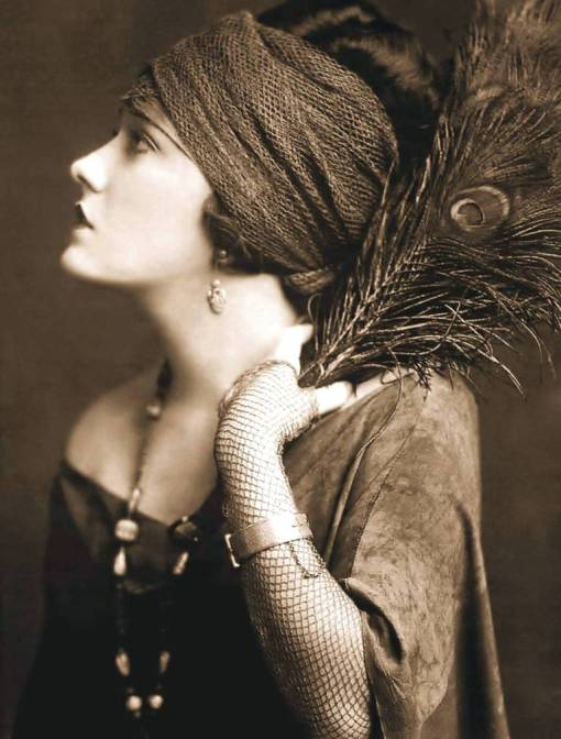studio-portrait-movie-star-gloria-swanson-profile-with-head-band-and-peacock-feathers-beautiful-image-1920s