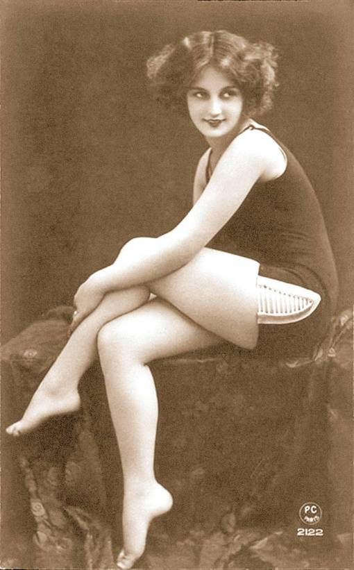 arc ARCADE CARD - FRANCH - PIN-UP - WOMAN WITH BOBBED HAIR SITTING SIDEWAYS WITH ARM ON LEG - 1920s